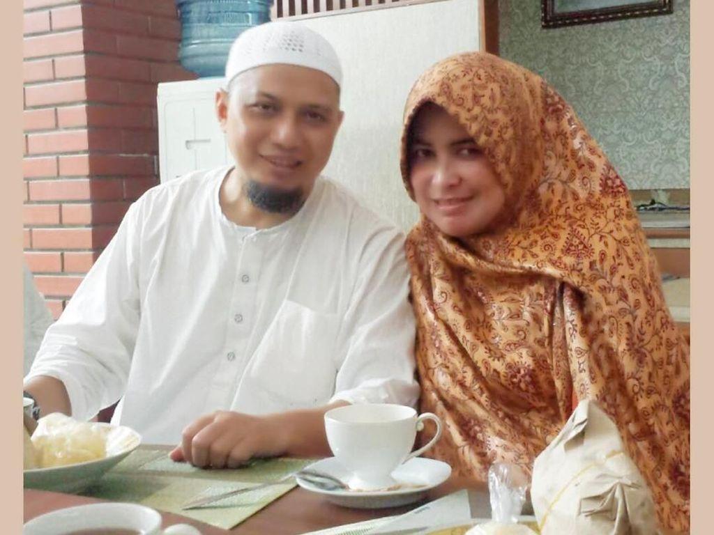 Saat sarapan pun, Yuni menemani Ustaz Arifin Ilham. Ia menyiapkan teh hangat dan seporsi nasi bungkus. Foto: Instagram yuni_syahla_aceh