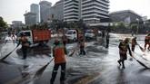 Petugas Penanganan Prasarana dan Sarana Umum (PPSU) sejak dini hari, saat situasi mulai kondusif, sudah membersihkan jalan di kawasan Kantor Bawaslu. (ANTARA FOTO/Aprillio Akbar)