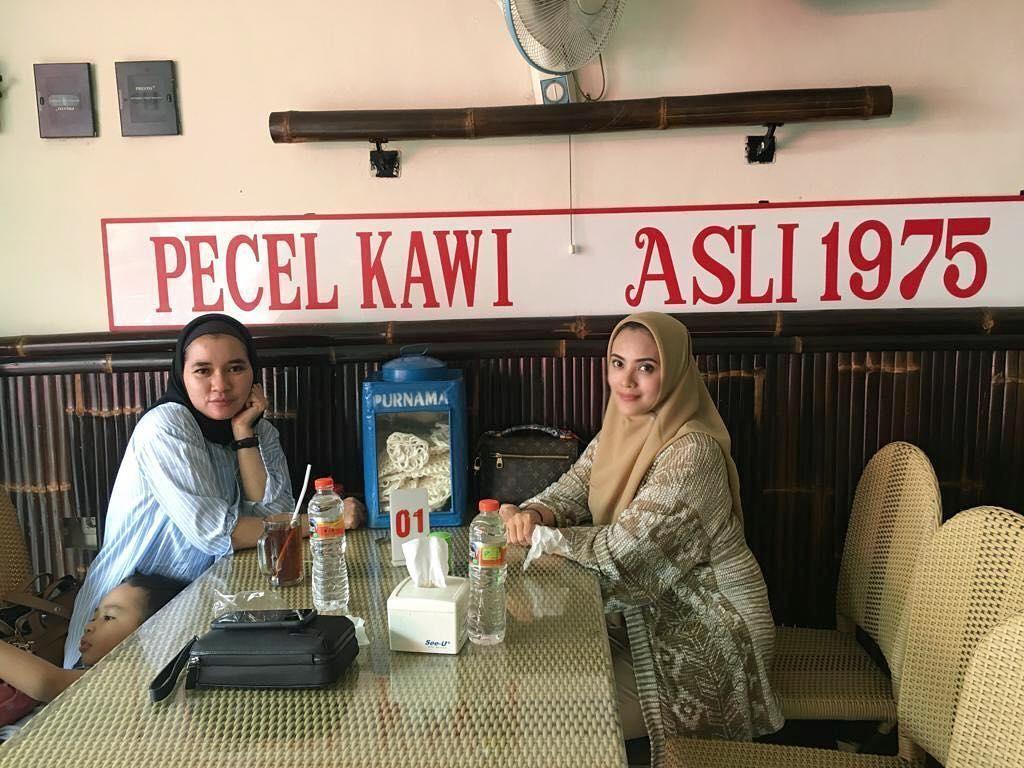 Mampir ke kota Malang, Elma langsung berkunjung ke rumah makan Pecel Kawi yang sudah ada sejak tahun 1975 sebagai menu makan siangnya. Foto: Instagram @elmatheana