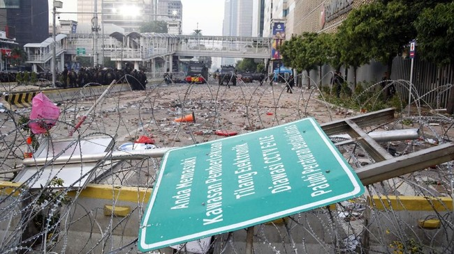 Kerusuhan di sekitaran wilayah MH. Thamrin, Jakarta, Selasa (21/5) hingga Kamis(22/5) dini hari, menyisakan puing-puing dan kerusakan marka jalan. (ANTARA FOTO/Yulius Satria Wijaya)