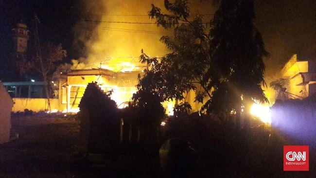 Polisi Bekuk Enam Tersangka Pembakaran Mapolsek Sampang