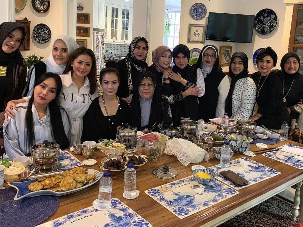 Datang ke acara jamuan makan siang yang diselenggarakan oleh Yuni Shara, Elma bersama rekan selebriti lainnya terlihat asyik menyantap bakwan hingga es buah. Foto: Instagram @elmatheana