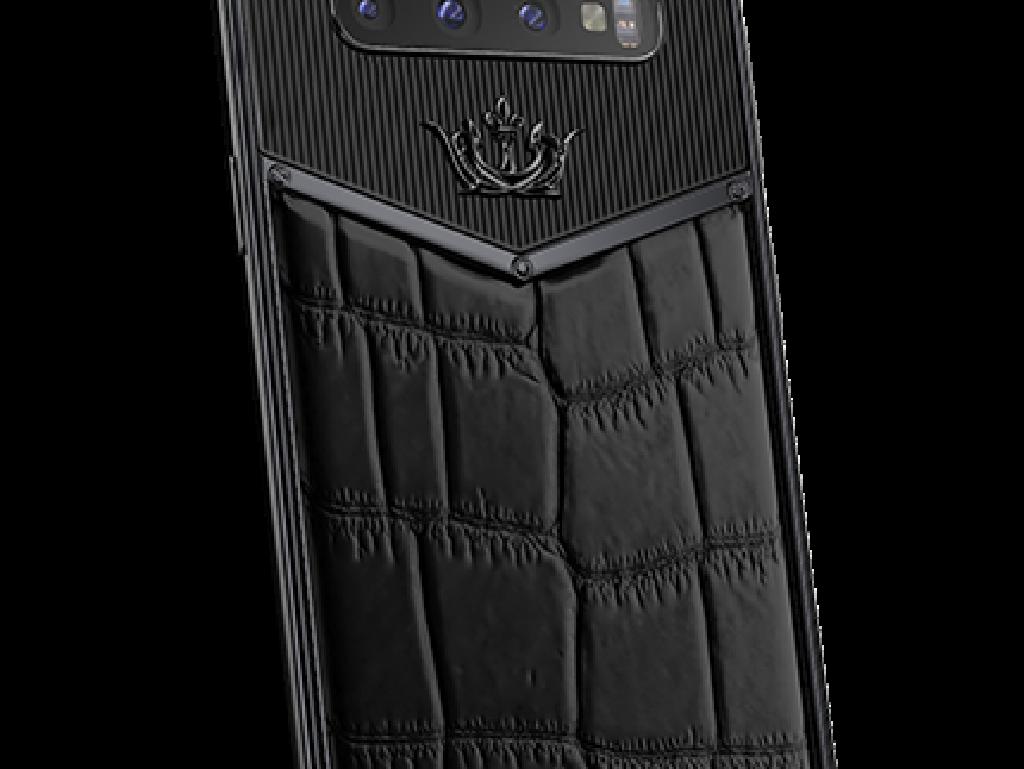 Selain Galaxy Fold, Caviar juga membuat modifikasi dari ponsel flagship samsung lainnya, yakni Galaxy S10. Black Edition Leather ini dibanderol USD 4.960, atau sekitar Rp 71 juta. Foto: Caviar