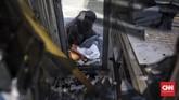 Sejumlah fasilitas umum pun sempat dibakar oleh kelompok pendemo. Polisi pun menjerat sejumlah orang yang ditangkap dengan pasal pembakaran. (CNN Indonesia/Hesti Rika)