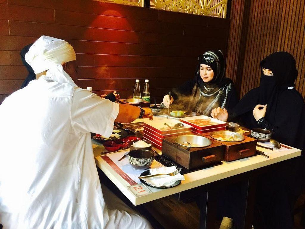 Meski menjalani poligami, kehidupan rumah tangga Ustaz Arifin Ilham amat harmonis. Hal itu terlihat dari beberapa foto yang diunggah Yuni di Instagram pribadinya. Foto: Instagram yuni_syahla_aceh