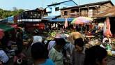 Meski demikian suasana ini kerap menjadi atraksi wisata untuk para turis yang jengah dengan kegemerlapan kehidupan Mandalay.