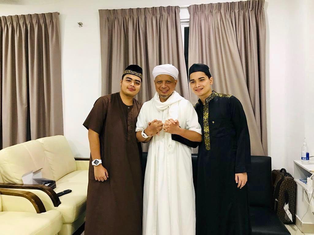 Kedua Anak Ustaz Arifin Ilham Jadi Imam Salat Jenazah Sang Ayah
