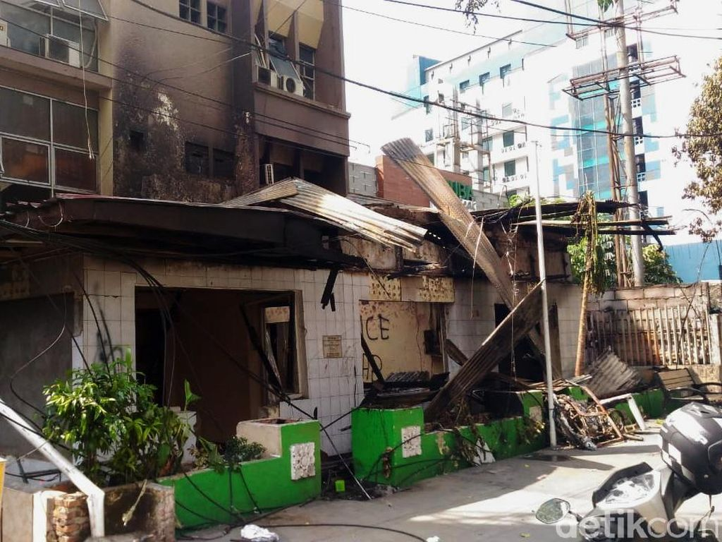Api berasal dari pos polisi (Pospol) yang dibakar perusuh aksi 22 Mei. Api yang membakar Pospol ini merembet melalui jaringan listrik dan merusak papan nama Abuba. Puti Aini Yasmin/detikcom.