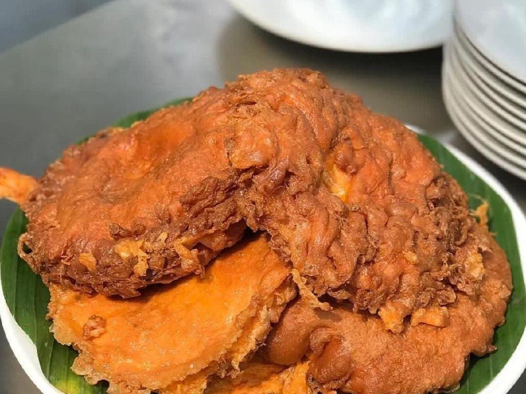 Telur dadar khas Minang di Kedai Pak Ciman ini selalu bikin ngiler. Sambal dan irisan daun bawang dan kunyit jadi isian mantap telur ini. Foto : Instagram @kedaipakcimanbintaro