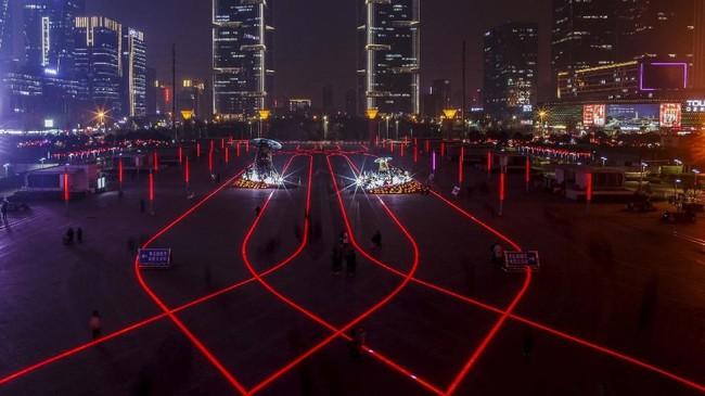Cahaya lampu LED di depan stasiun kereta cepat di distrik bisnis diZhengzhou, Provinsi Henan, China. (Reuters/Thomas Peter)