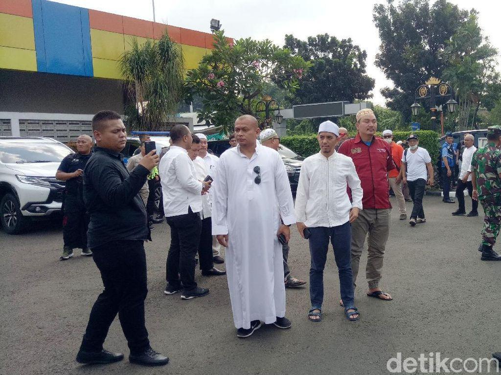 Rekan ulama serta para sahabat nampak sudah menanti kedatangan jenazah Ustaz Arifin Ilham di Bandara Halim Perdana Kusuma, Jakarta Timur pada Kamis (23/5).