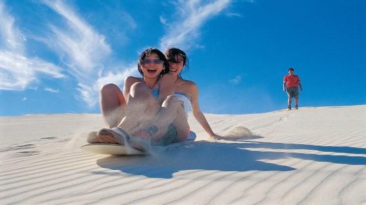 Jika anda sedang berada di Perth, berkunjunglah ke Pinnacles, gurun pasir yang memiliki bebatuan lancip yang unik.