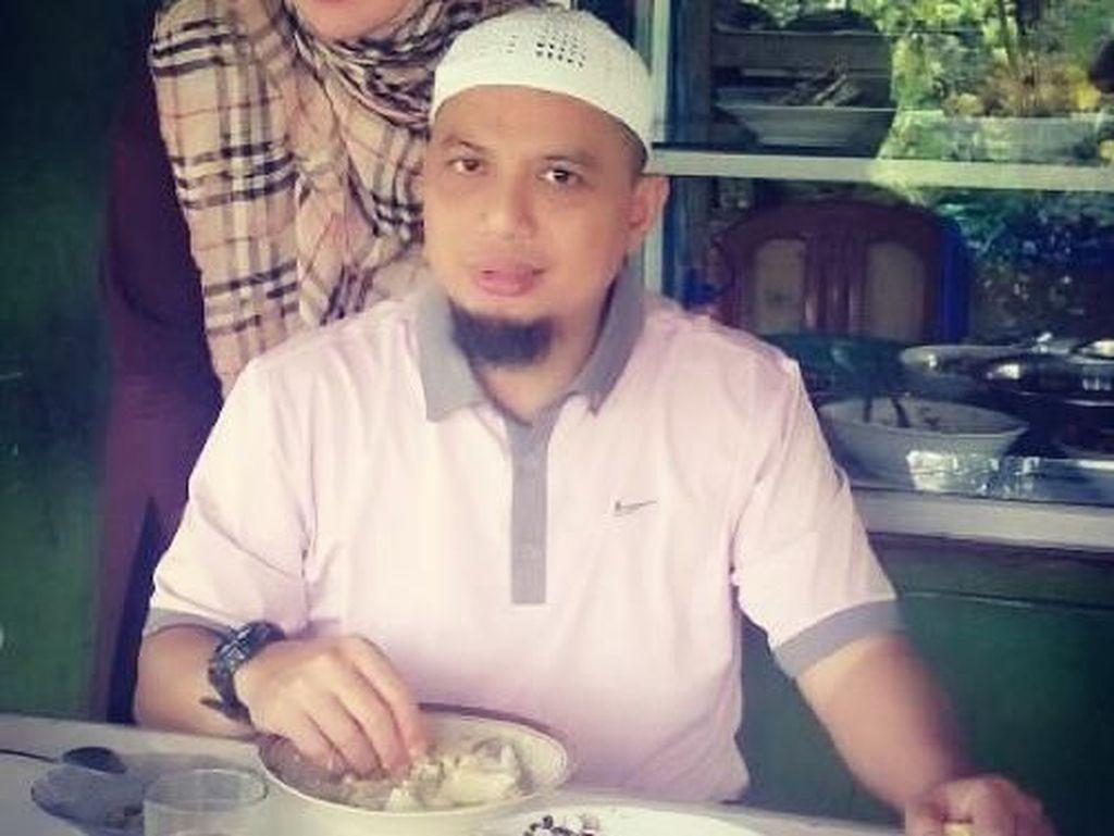 Yuni kerap menemani suami tercinta. Ia bahkan menyebut Ustaz Arifin Ilham sebagai suami sholehku. Foto: Instagram yuni_syahla_aceh