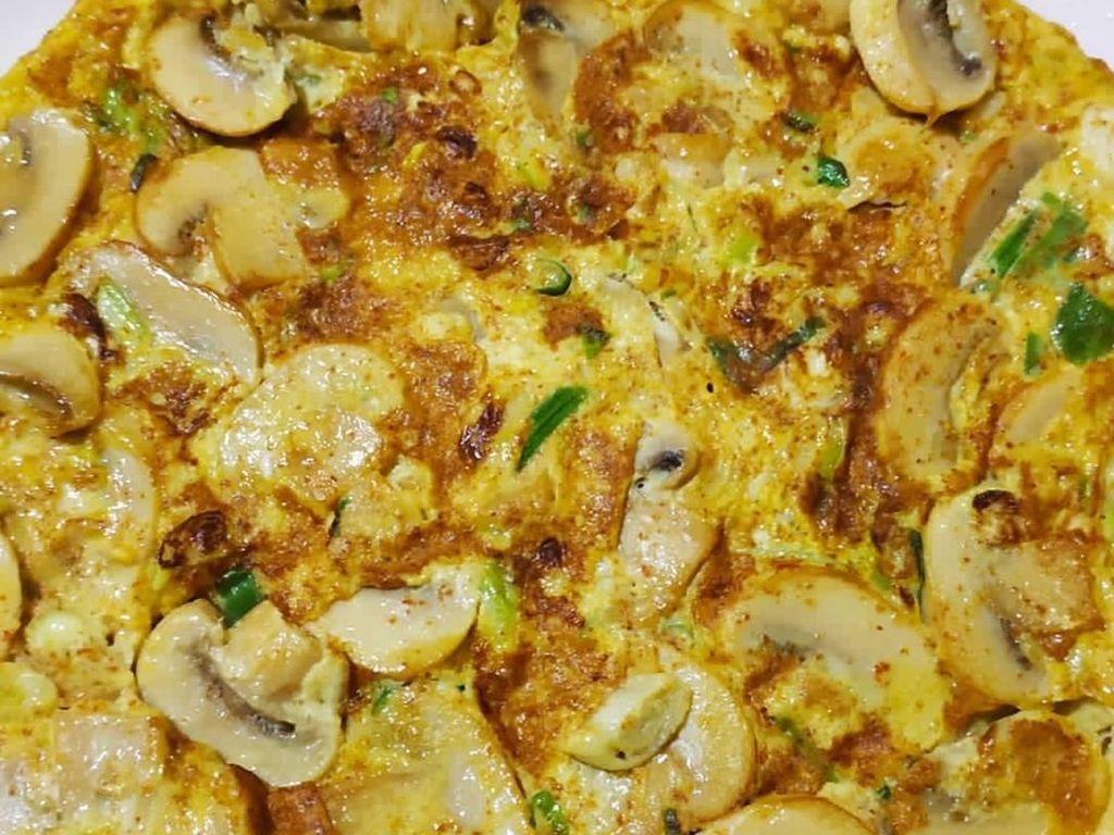Jamur champignon yang kemyal juicy bikin telur dadar makan padat dan enak. Foto : Instagram @liang_liang86