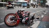 Sejumlah kendaraan pun ikut menjadi korban kerusuhan 22 Mei di Jalan MH. Thamrin, Jakarta, dan tampak tergeletak begitu saja di jalanan. (ANTARA FOTO/Yulius Satria Wijaya)