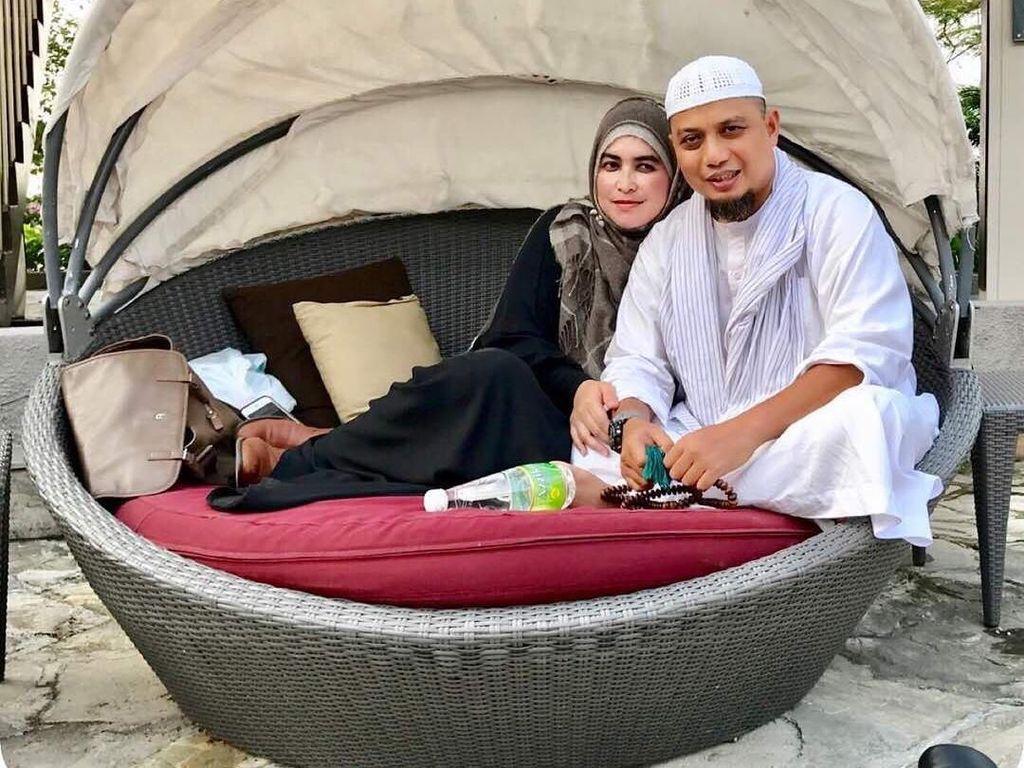 Tuh kan, keharmonisan Ustaz Arifin Ilham dengan istri pertamanya memang kerap terbingkai. Kali ini keduanya terlihat sedang bersantai usai melepas dahaga. Foto: Instagram yuni_syahla_aceh