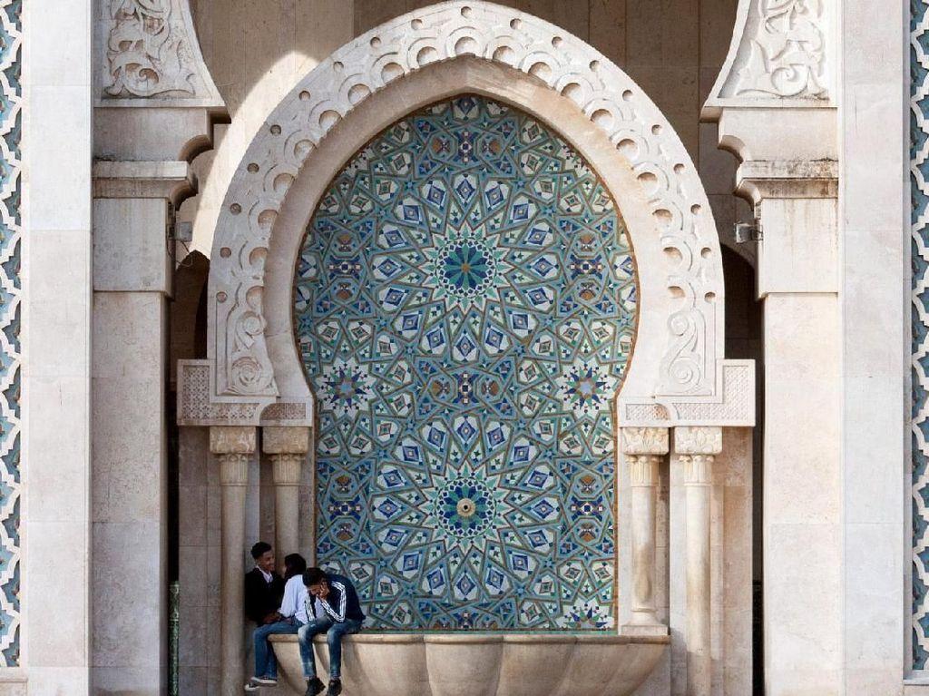 Saat melihat arsitektur bangunan Masjid Hassan II ini gaya arsitektur Moorish yang megah layaknya Istana Alhambra dan Mezquita di Spanyol kental terasa dari ornamen-ornamen yang menghiasi bangunan masjid tersebut. Dok. Wikipedia/Georg Botz.