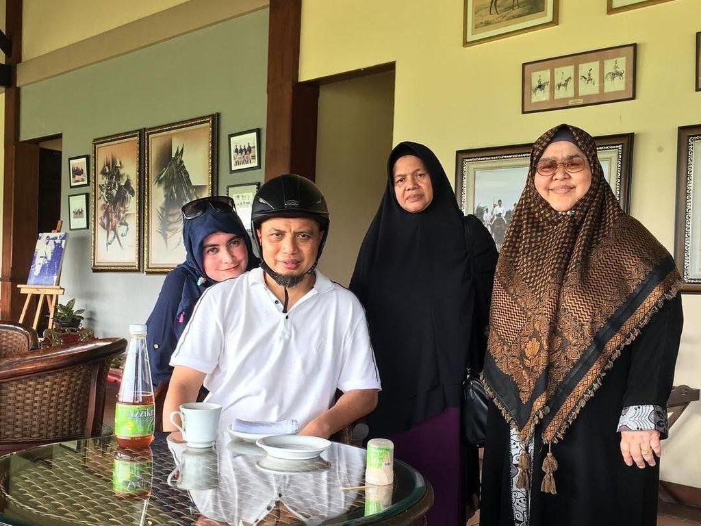 Usai berkuda, Ustaz Arifin Ilham memilih secangkir teh hangat dengan tambahan madu sebagai penambah energi. Sosok Yuni pun menemaninya dengan mesra. Foto: Instagram yuni_syahla_aceh
