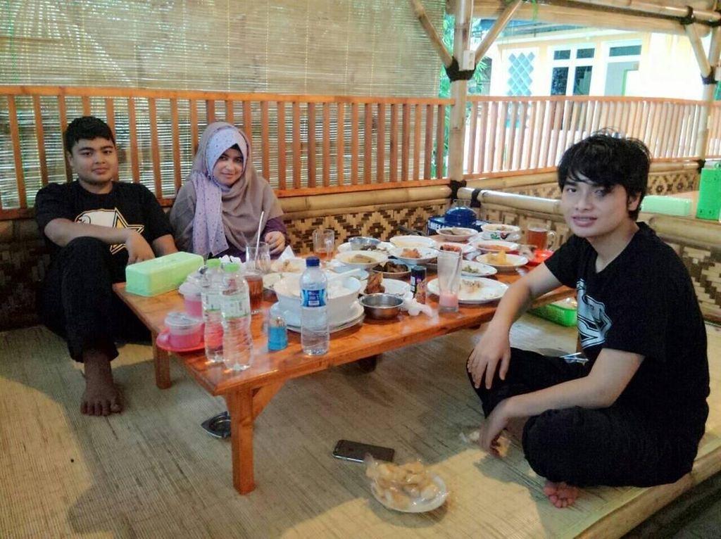 Ini dia sosok Yuni bersama kedua putranya, Muhammad Alvin Faiz dan Muhammad Ameer Azzikra. Ketiganya seperti sedang menunggu sosok Ustaz Arifin Ilham. Foto: Instagram yuni_syahla_aceh