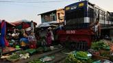 Kereta api yang lewat juga harus menurunkan kecepatan agar barang dagangan tidak berserakan.