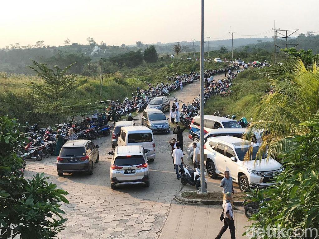 Banyak tamu yang mulai berdatangan ke area pemakaman di Masjid Gunung Sindur, Bogor.