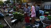 Layaknya pasar tradisional lain, segala kebutuhan rumah tangga tersedia di sini. Muali dari sayuran, daging, hingga buah-buahan.