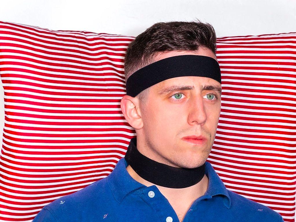 Bantal yang bisa dibawa kemana-mana dengan dipasang di kepala. (instagram/unnecessaryinventions)