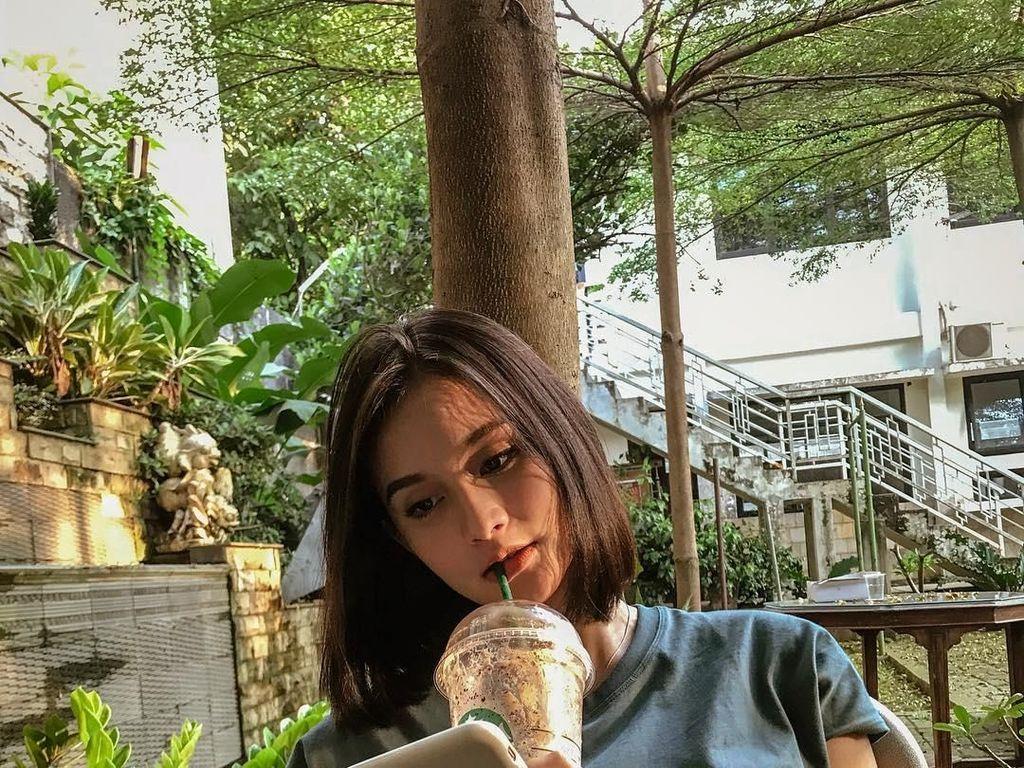 Isel kini tengah hamil anak pertamanya dengan Miqdad. Ia terlihat santai menikmati minuman buatan gerai kopi ternama. Foto: Instagram iselfricella/miqdadsy
