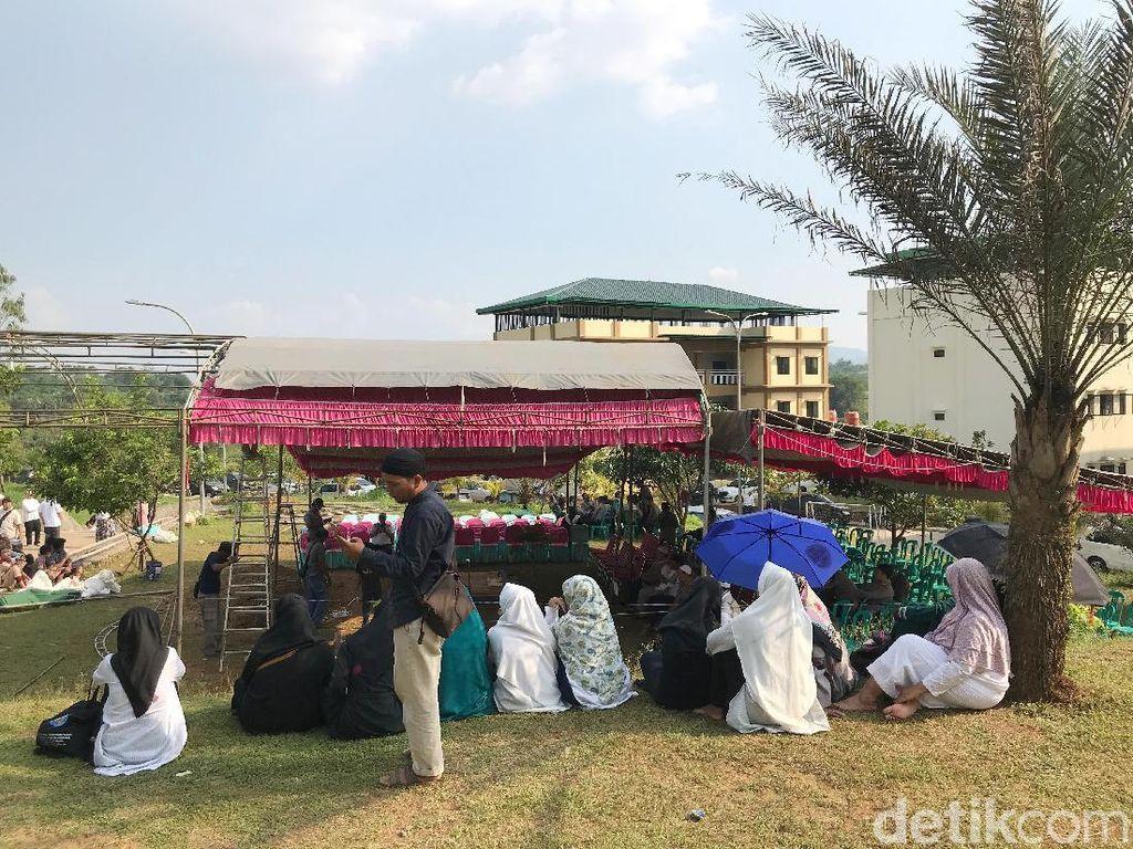 Mereka setia menanti kedatangan jenazah Ustaz Arifin Ilham.