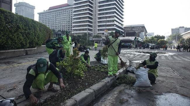 Tak ketinggalan,aksi demonstrasi yang kemudian disusul bentrokan antaramassa dengan petugas menyisakan kerusakan pada tanaman-tanaman di sekitar jalan. (ANTARA FOTO/Aprillio Akbar)