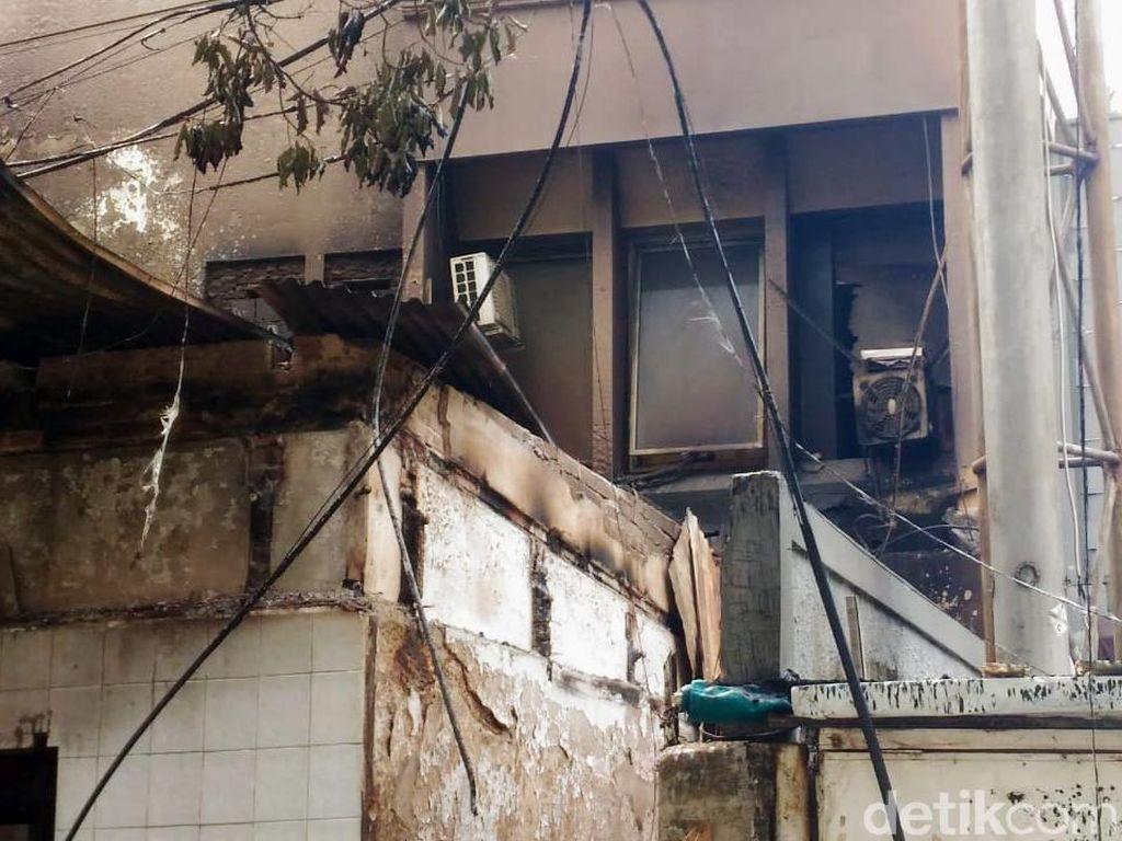 Bagian jendela ABUBA Steak juga pecah akibat lemparan batu. Hingga terpaksa restoran ini ditutup untuk perbaikan. Puti Aini Yasmin/detikcom.