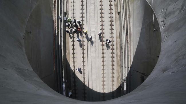 Para pekerja di atas rel yang menghubungkan Chengdu dan Guiyang di Bijie, Provinsi Guizhou, China. (Reuters/Stringer)