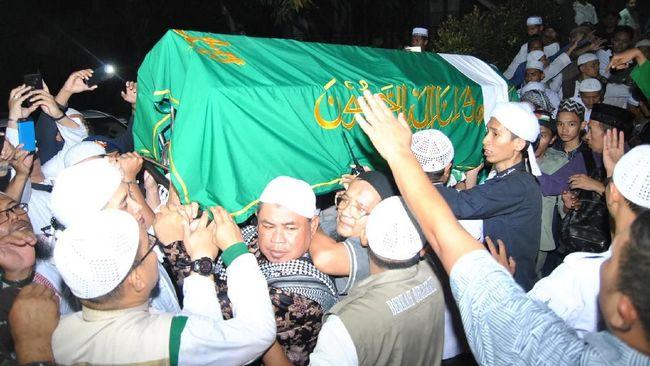 Warga Berdesakan Sambut Jenazah Arifin Ilham