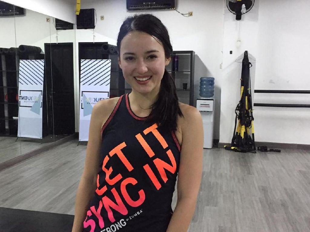 Tidak Suka DIet, Julie Estelle Coba Olahraga Strong By Zumba