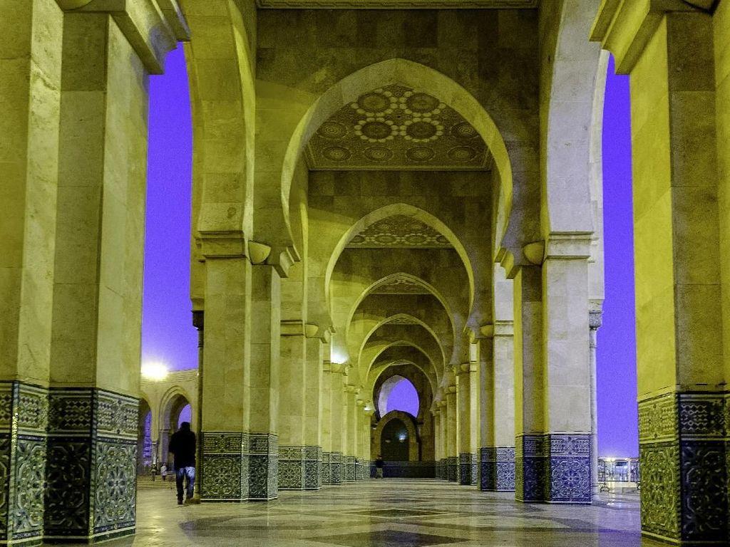 Pembangunan Masjid Hassan II ini memakan waktu mencapai 13 tahun dengan biaya pembangunan hingga 800 juta US dollar. Besarnya biaya pembangunan masjid tersebut membuat Masjid Hassan II disebut sebagai masjid termahal di dunia. Dok. Wikipedia/Hardscarf.