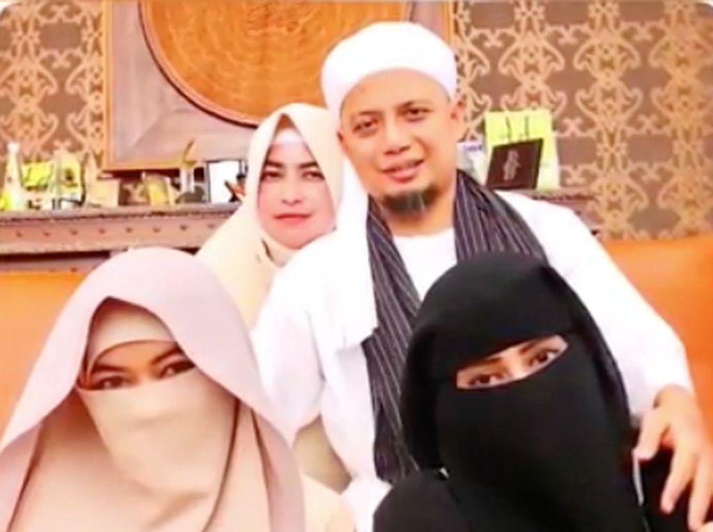 Saat meninggal dunia, Ustaz Arifin Ilham didampingi ketiga istrinya yang setia sejak awal menjaga dan merawat Arifin Ilham. Foto: Dok. Instagram/yuni_syahla_aceh