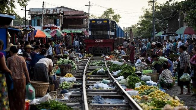 Sebuah pasar tradisional di Mandalay nampak cukup berbeda, bahkan ekstrim ketimbang yang lainnya.