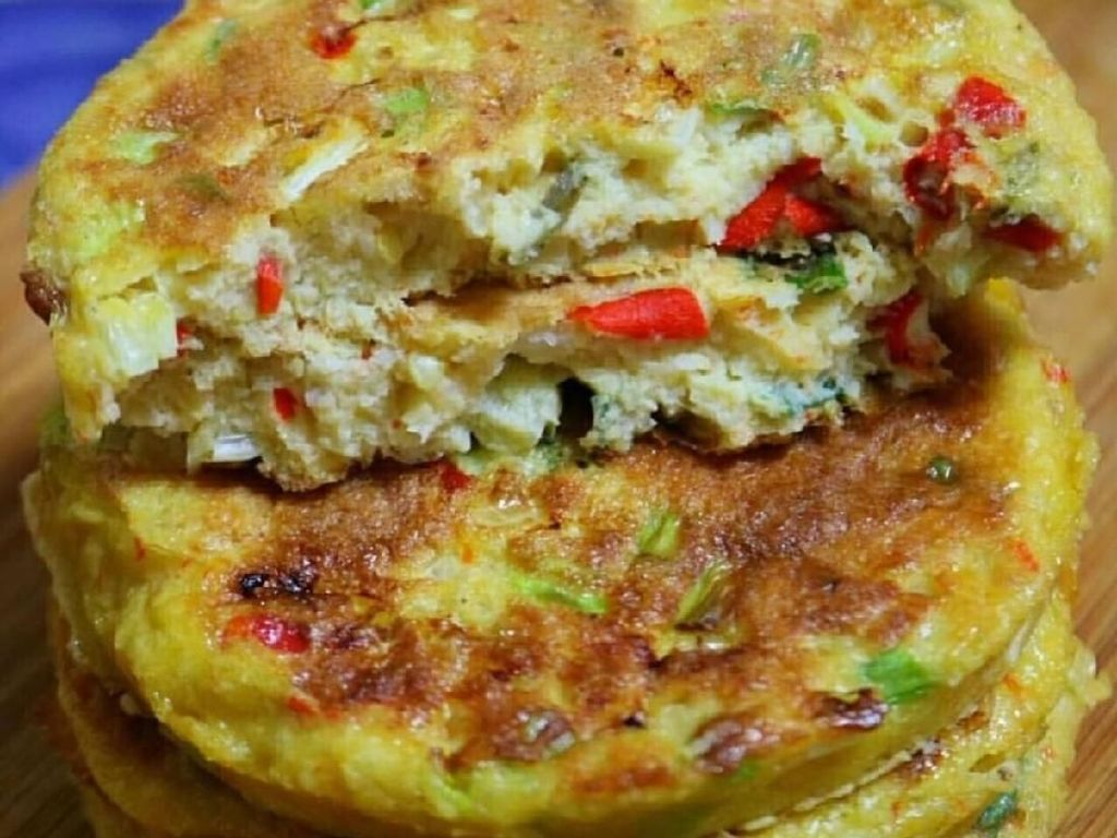 Telur dadar padat isian ini khas Minang. Cincangan daun bawang dan cabai memadati telur dadar yang gurih renyah ini. Foto : Instagram @anekaresepmakanan