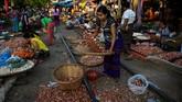 Pasar ini adalah nadi bagi warga di Mandalay, sehingga azas tenggang rasa masih dijunjung tinggi ketimbang keselamatan.