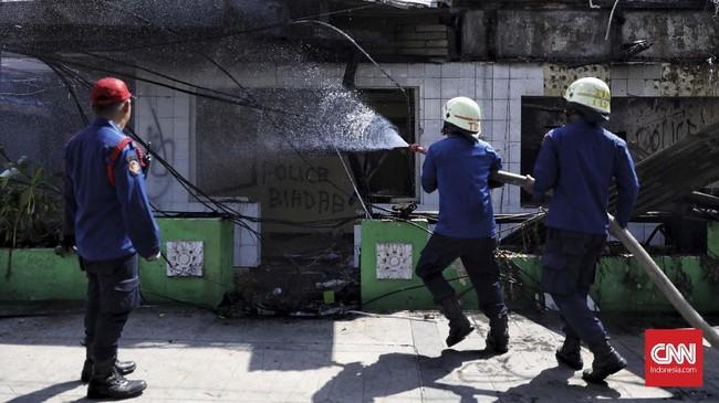 Massa pun mengobarkan api di sejumlah tempat seperti pos polisi Sabang, Jakarta. Petugas pun masih mencoba membersihkan sisa apipada Kamis (23/5). (CNN Indonesia/Hesti Rika)