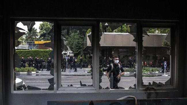 Massa aksi 22 Mei menyatakan dengan jelas kebenciannya terhadap polisi, sekaligus merusak fasilitas milik polisi. (ANTARA FOTO/Aprillio Akbar)