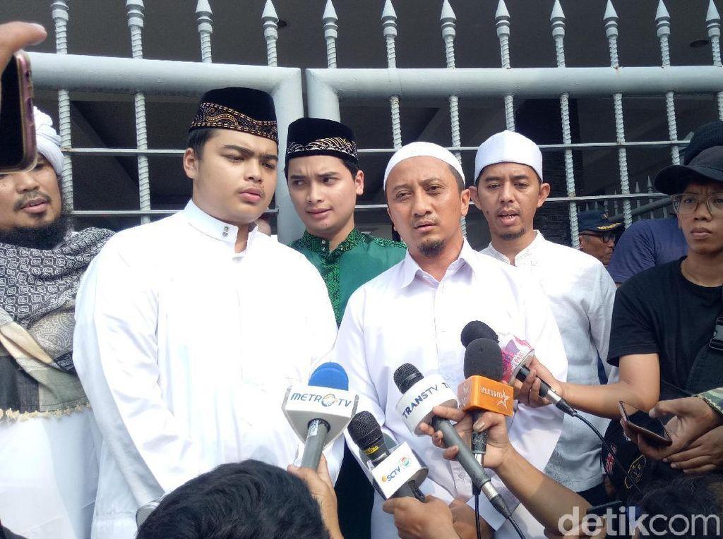 Selain itu di tempat berbeda ada putra Ustaz Arifin Ilham, Ameer dan Alvin ditemani oleh Ustaz Yusuf Mansyur dan Derry Sulaiman.