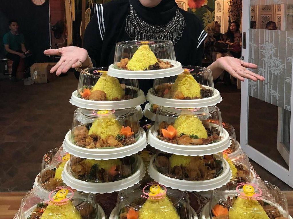 Selain puding manis, acara makan-makan Elma juga dihadiri dengan nasi kuning paket lengkap. Duh, jadi lapar! Foto: Instagram @elmatheana