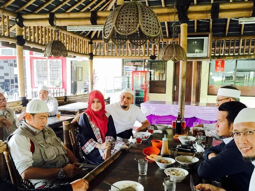 Sarapan bubur habis subuh bersama team Sholeh Azzikra, tulis Yuni. Lagi-lagi ustaz kondang yang wafat pada usia 49 tahun itu tidak jauh-jauh dari istri pertamanya. Foto: Instagram yuni_syahla_aceh