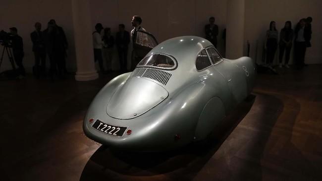 Bentuk eksterior mobil masih asli seperti saat pertama kali mobil diproduksi. Kondisi bodi masih terawat tanpa karat. (AP Photo/Alastair Grant)