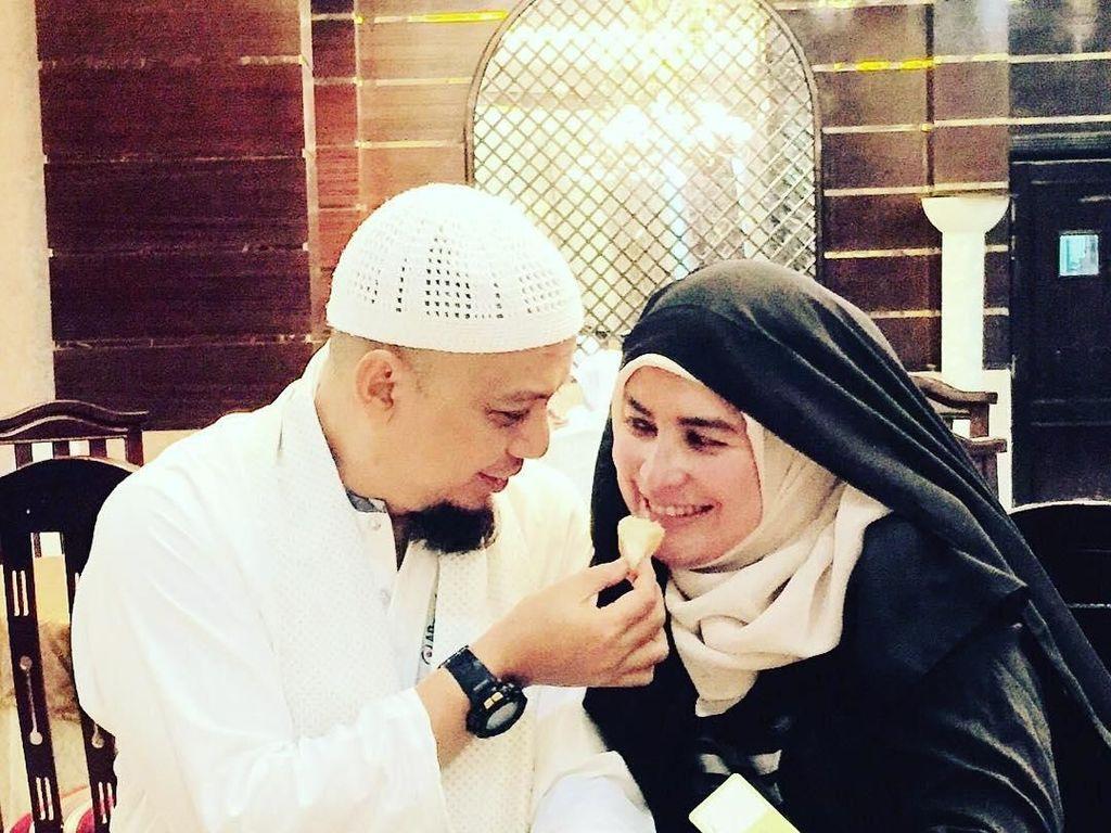 Kemesraan keduanya terlihat saat ayah dari Ameer Azzikra itu menyuapi roti kepada ibunya, Yuni. Terlihat sangat hangat dan manis, kan? Foto: Instagram yuni_syahla_aceh