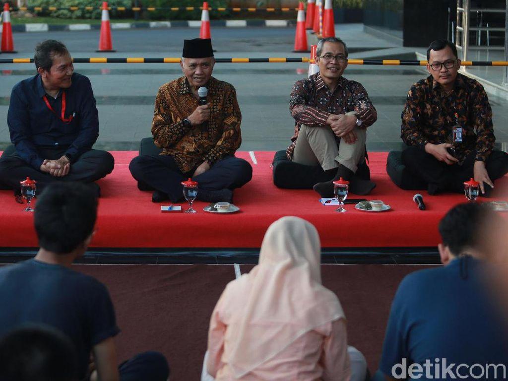 Buka puasa bersama para jurnalis digelar di depan lobi gedung KPK, Jakarta, Jumat (24/5/2019).