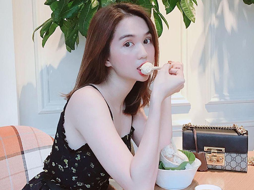 Dikritik Berbaju Terlalu Seksi, Ini Gaya Makan Model Vietnam Ngoc Trinh