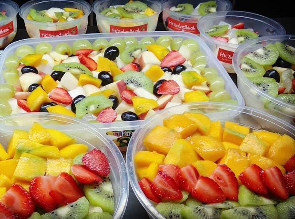 Seger banget! Ini nih potongan buah sebagai isian salad. Ada mangga, strawberry, dan kiwi dengan warna cerah. Foto: Instagram habibieskitchen
