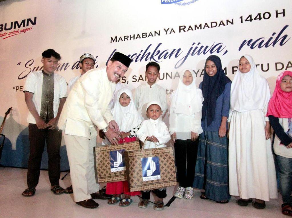 Salah satunya adalah dengan membagikan santunan kepada anak-anak yatim dan pembagian sembako gratis kepada masyarakat sekitar Kantor Perum Jamkrindo di wilayah Kemayoran, Jakarta Pusat, Jumat (24/5/2019). Foto: dok. Jamkrindo